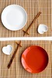 Сервировка стола для крена суш Пустая плита около палочки и шара для sause на взгляд сверху предпосылки циновки Стоковое Изображение RF