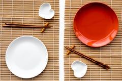 Сервировка стола для крена суш Пустая плита около палочки и шара для sause на взгляд сверху предпосылки циновки Стоковая Фотография