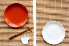 Сервировка стола для крена суш Пустая плита около палочки и шара для sause на copyspace взгляд сверху предпосылки циновки Стоковая Фотография RF