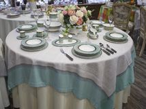 Сервировка стола для 6 людей Обедающий сини бирюзы на круглом столе ус стоковые изображения