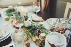 Сервировка стола на праздники рождества и Нового Года торжества Праздничная таблица дома с деревенскими деталями Стоковая Фотография