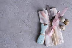 Сервировка стола пасхи праздничная с печеньями зайчика пасхи, яичками триперсток Стоковое фото RF