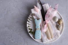 Сервировка стола пасхи праздничная с печеньями зайчика пасхи, яичками триперсток Стоковые Фотографии RF