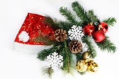 Сервировка стола праздника рождества и Нового Года с шляпой Санта Клауса Торжество Изолированная белизна Стоковое фото RF