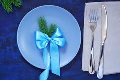 Сервировка стола рождества плит, вилок, ножа, и салфетки с Стоковая Фотография