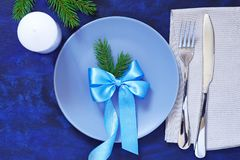 Сервировка стола рождества плит, вилок, ножа, салфеток и может Стоковые Изображения
