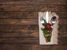 Сервировка стола рождества с украшениями рождества Взгляд сверху, co стоковое фото rf