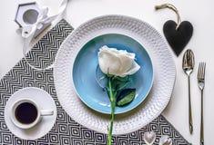 сервировка Сервировка стола свадьбы с розой Стоковое Фото