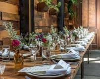 Сервировка стола с деревянной таблицей стоковое фото