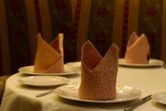 Сервировка стола с светами ресторана и смертной казни через повешение салфеток индийскими Стоковая Фотография