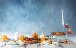 Сервировка стола с свечами и плодоовощами стоковое фото