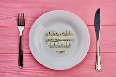 Сервировка стола с сердцем столового прибора и бумаги Стоковое Изображение