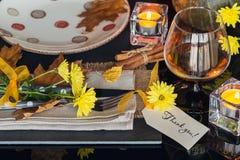 Сервировка стола с украшением осени на благодарение Стоковое Фото