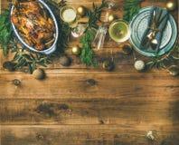Сервировка стола торжества рождества или Нового Года над деревянной предпосылкой Стоковое Фото
