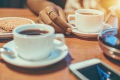 Сервировка стола завтрака с рукой черной девушки Стоковые Фото