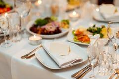 Сервировка стола на банкете свадьбы Цветки украшения Стоковое Фото