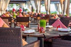 Сервировка стола на вскользь внешнем ресторане Стоковая Фотография