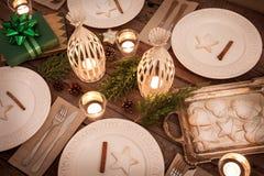 Сервировка стола рождества сверху, деревенский стиль, естественные украшения стоковое фото rf