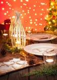 Сервировка стола рождества с деревенскими украшениями стиля Стоковое фото RF