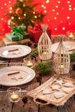 Сервировка стола рождества с деревенскими украшениями стиля Стоковое Фото