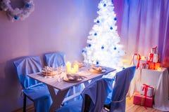 Сервировка стола рождества с настоящим моментом и деревом Стоковые Изображения RF