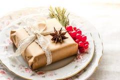 Сервировка стола рождества с настоящим моментом и ягодами Стоковые Изображения RF