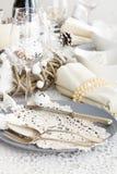 Сервировка стола рождества с традиционными украшениями праздника Стоковое фото RF