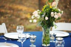 Сервировка стола свадьбы с букетом розы пинка Стоковая Фотография RF