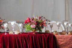 Сервировка стола свадьбы украшенная в ресторане Стоковое Изображение RF