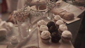 Сервировка стола, сервировка ресторана, интерьер ресторана, пустые стекла на белой таблице, строке пустых стекел шампанского сток-видео
