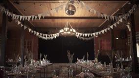 Сервировка стола, сервировка ресторана, интерьер ресторана, пустые стекла на белой таблице, строке a пустых стекел шампанского видеоматериал