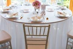 Сервировка стола с ложкой, ножом, плитами и стеклом Стоковое Изображение