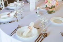 Сервировка стола с ложкой, ножом, плитами и стеклом Стоковые Изображения RF