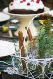 Сервировка стола с шоколадным тортом Стоковые Фотографии RF