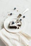 Сервировка стола, торт пирожного десерта шоколада на белой плите o Стоковое Фото