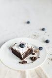 Сервировка стола, торт пирожного десерта шоколада на белой плите o Стоковые Фото