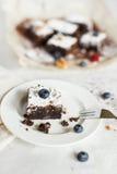 Сервировка стола, торт пирожного десерта шоколада с ягодами на a Стоковые Изображения