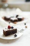 Сервировка стола, торт пирожного десерта шоколада с ягодами на a Стоковое Изображение RF