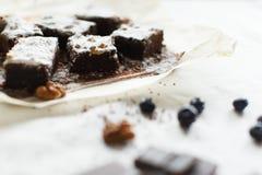 Сервировка стола, торт пирожного десерта шоколада с ягодами на PA Стоковое Изображение RF
