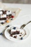 Сервировка стола, торт пирожного десерта шоколада с ягодами Стоковые Изображения RF