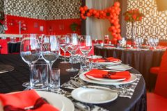 Сервировка таблицы свадьбы, красивое праздничное оформление в красном цвете стоковое фото rf