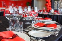 Сервировка таблицы свадьбы, красивое праздничное оформление в красном цвете стоковая фотография rf