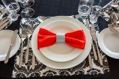Сервировка таблицы свадьбы, красивое праздничное оформление в красном цвете стоковое фото