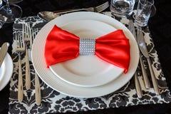 Сервировка таблицы свадьбы, красивое праздничное оформление в красном цвете стоковые изображения