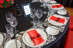 Сервировка таблицы свадьбы, красивое праздничное оформление в красном цвете стоковая фотография