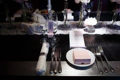 Сервировка таблицы с стеклами и плитами Стоковые Фотографии RF