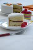Сервировка торта губки Виктории на плите Стоковая Фотография RF
