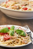 Сервировка linguine цыпленка, базилика и томата Стоковая Фотография