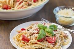 Сервировка linguine цыпленка, базилика и томата Стоковые Изображения RF