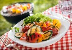 Сервировка succulent зажарила в духовке вегетарианца, свежие овощи Стоковое Изображение RF